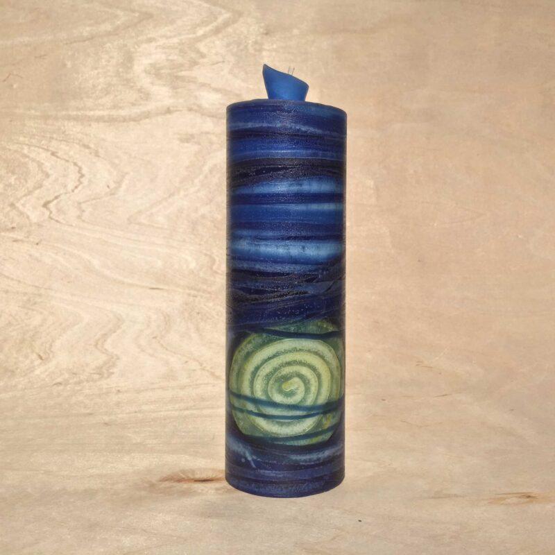 handgemachte dunkelblaue gerollte Streifen Kerze mit gelber Spirale