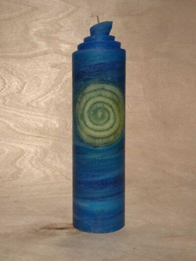 handgemachte hellblaue gerollte Streifen Kerze mit gelber Spirale