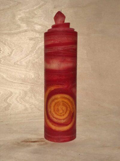 handgemachte rote gerollte Streifen Kerze mit gelber Spirale