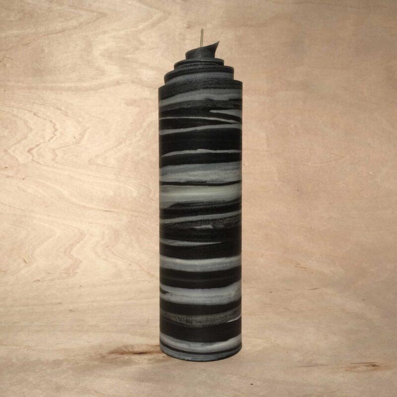 handgemachte schwarz weisse gerollte Streifen Kerze