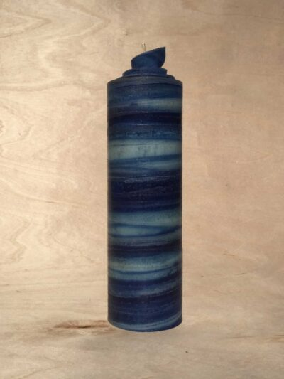 handgemachte dunkelblaue gerollte Streifen Kerze