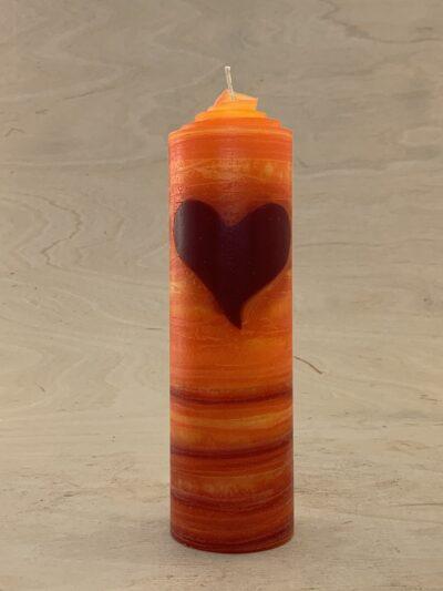 Valentinskerze mit einem Herz