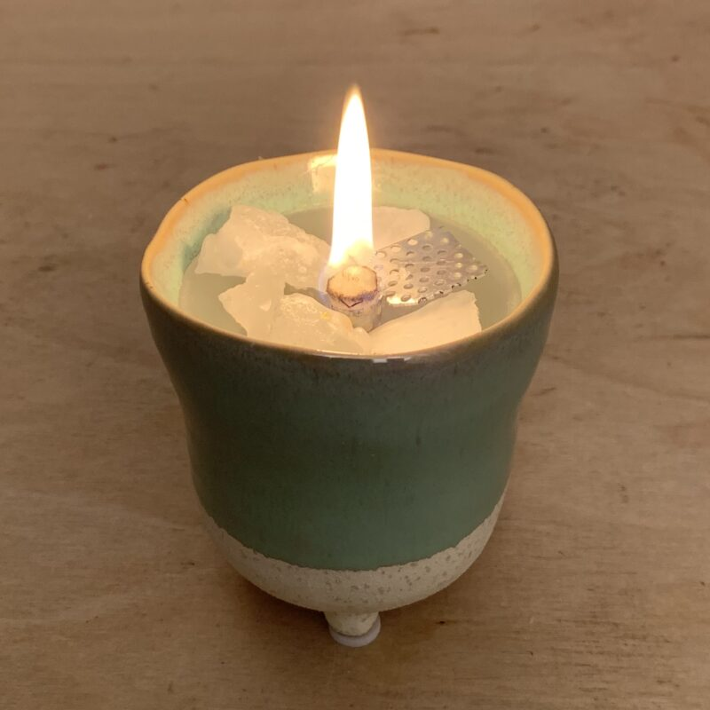 """Schmelzlicht """"Renatus"""" für den Innenbereich im grünen handgeformten Tontopf"""