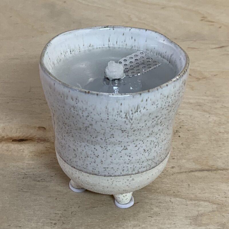 """Schmelzlicht """"Renatus"""" für den Innenbereich im weiß grauen handgeformten Tontopf"""